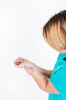 Mulher irreconhecível com braço machucado