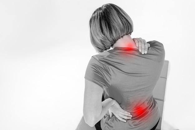 Mulher irreconhecível com dor de garganta e costas