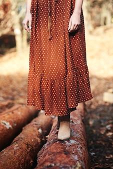 Mulher irreconhecível na floresta outonal