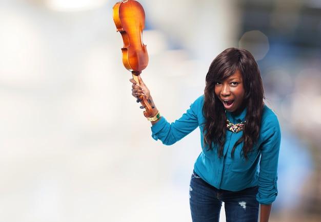 Mulher irritada a ponto de quebrar um violino