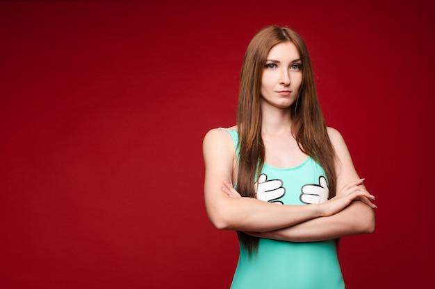 Mulher irritada com braços cruzados.