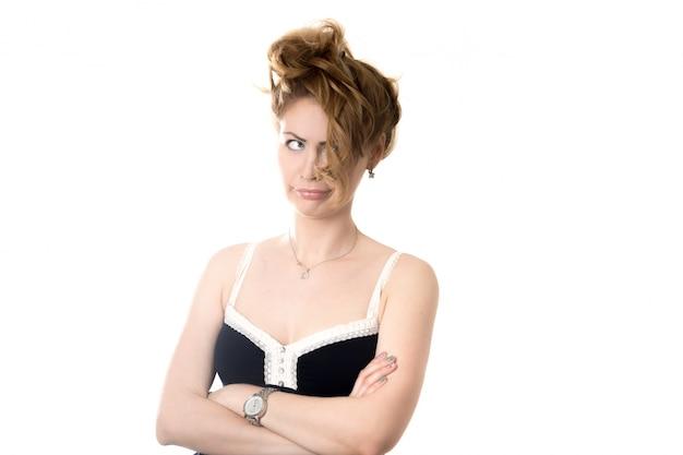 Mulher irritada com cabelo no rosto