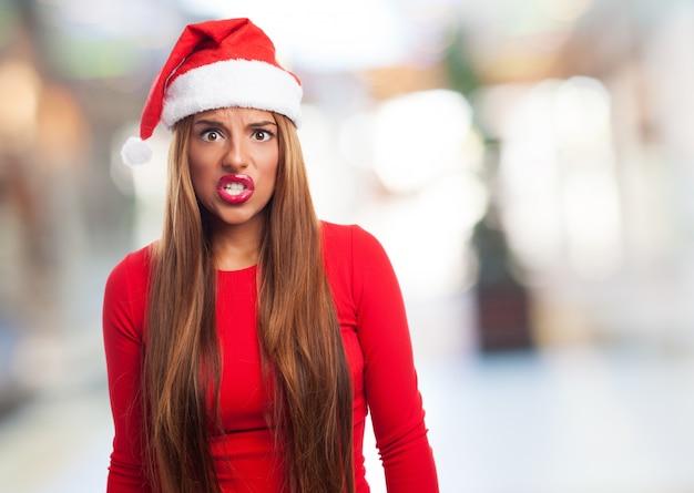 Mulher irritada com o chapéu de santa em um centro comercial