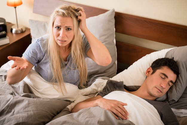 Mulher irritada com o ronco de seu parceiro