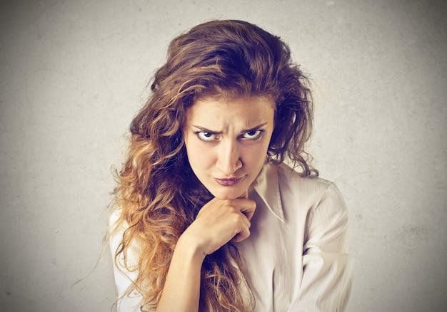 Mulher irritada duvidosa