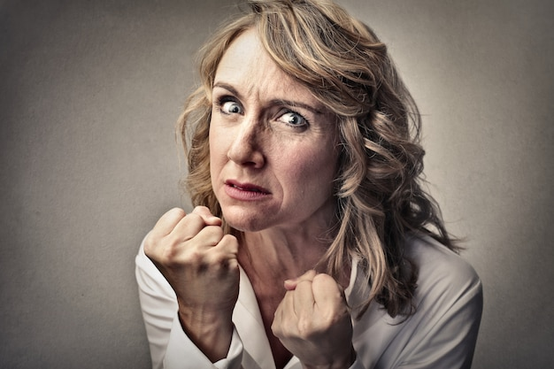 Mulher irritada e agressiva