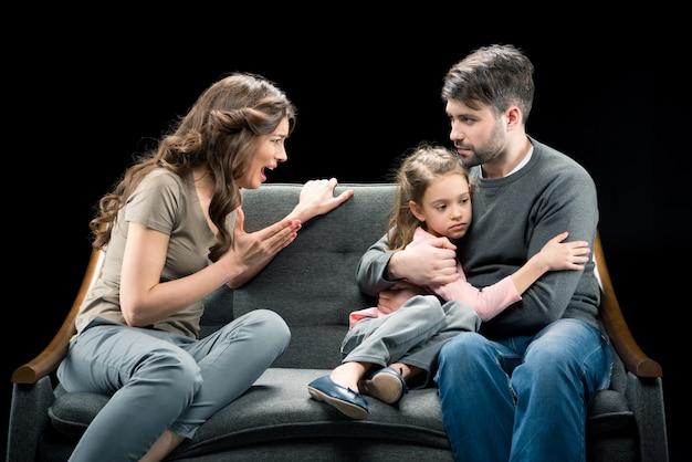 Mulher irritada, gritando, em, filha pequena, abraçando, com, pai