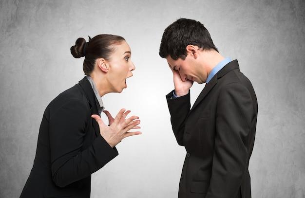 Mulher irritada, gritando para um homem