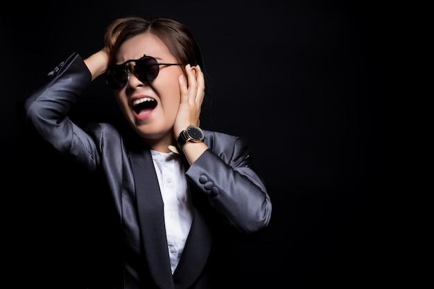 Mulher irritada, óculos de sol, gritando, puxando, dela, cabelo