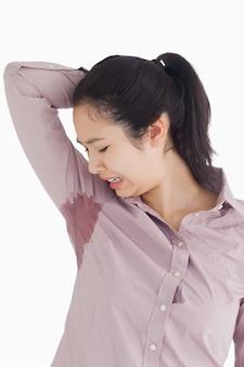 Mulher irritada por sua própria transpiração