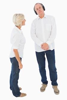 Mulher irritada sendo ignorada pelo seu parceiro