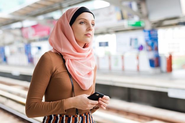 Mulher islâmica, esperando, para, trem céu