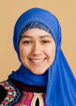 Mulher islâmica feliz em um hijab azul