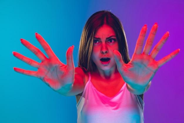Mulher isolada em fundo de néon