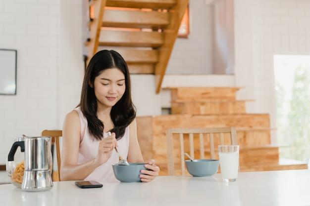 Mulher japonesa asiática toma café da manhã em casa