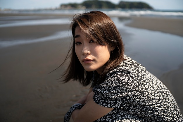 Mulher japonesa em tiro médio à beira-mar Foto gratuita