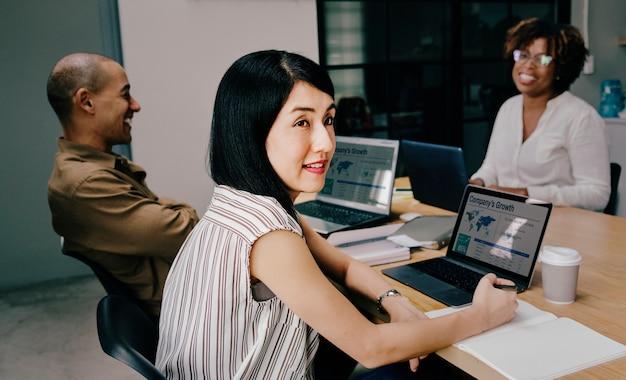 Mulher japonesa em uma reunião de negócios