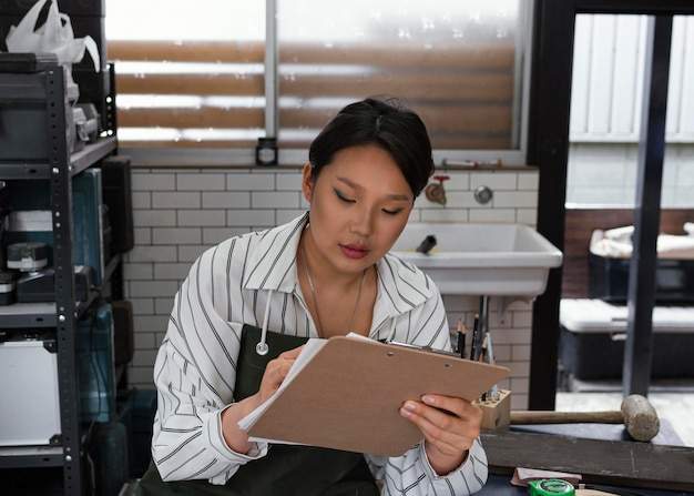 Mulher japonesa escrevendo plano médio