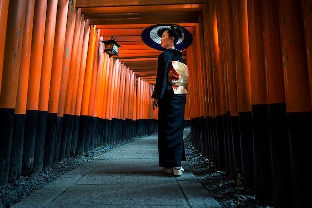Mulher japonesa no santuário de fushimi inari