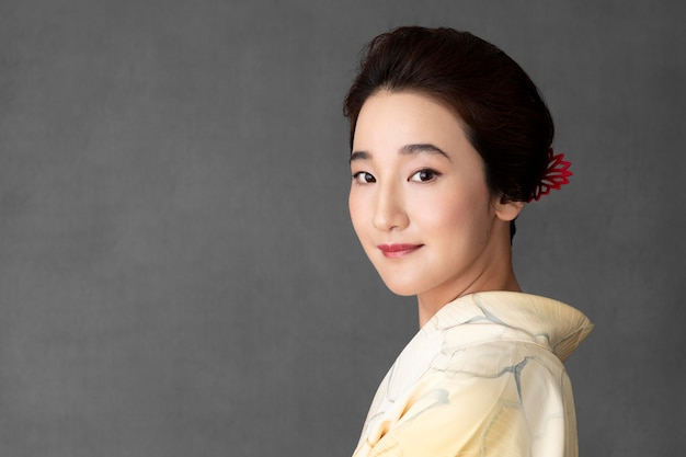 Mulher japonesa sorridente com um quimono claro