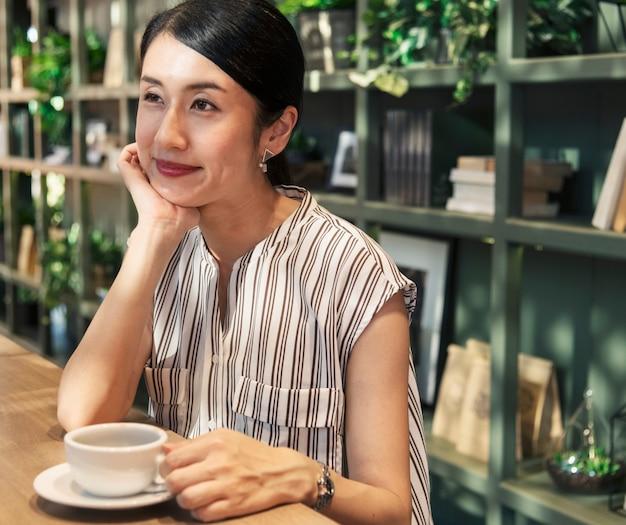Mulher japonesa, tendo um café