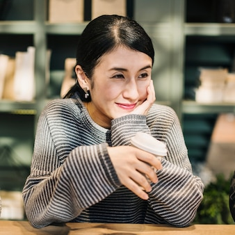 Mulher japonesa tomando um café