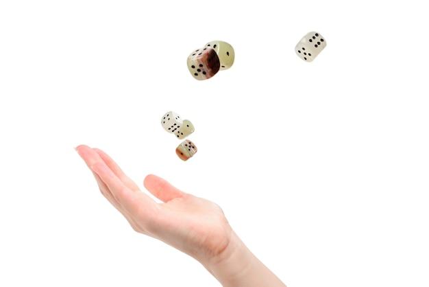 Mulher joga dados isolados no branco.