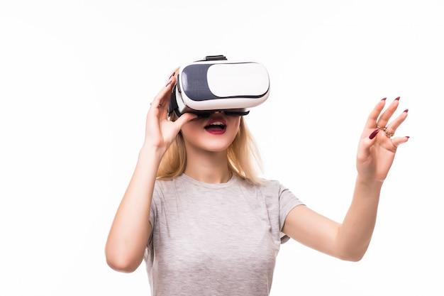 Mulher joga novos jogos usando vr-óculos no quarto com paredes brancas