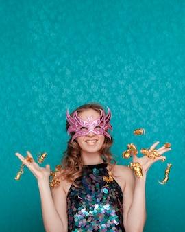 Mulher jogando com glitter e fitas plano médio