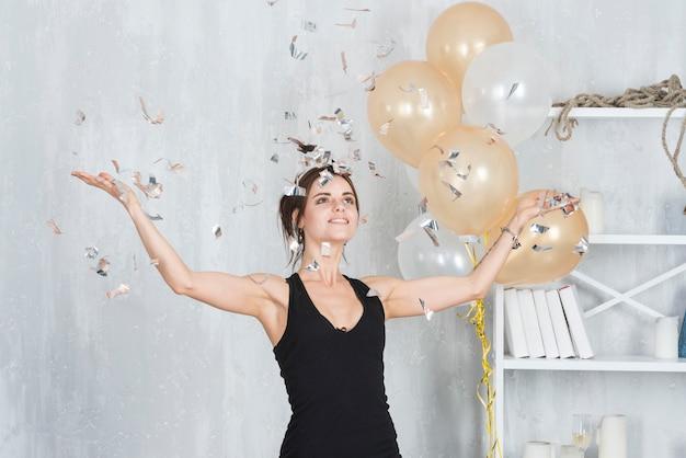 Mulher jogando confete na festa