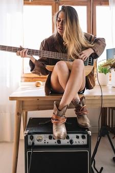 Mulher jogando guitarra elétrica