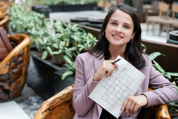 Mulher jogando sudoku sozinha