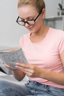 Mulher jogando sudoku