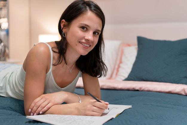 Mulher jogando sudoku Foto gratuita