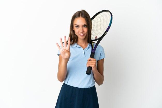 Mulher jogando tênis isolado na parede branca feliz e contando quatro com os dedos
