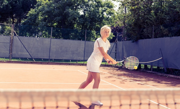 Mulher jogando tênis