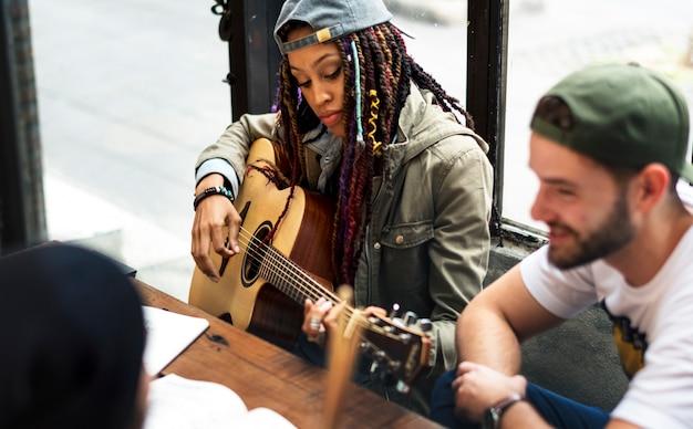 Mulher jogar guitarra escrever música reheaesal