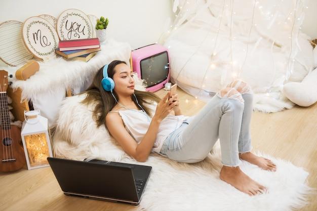 Mulher, jogo, smartphone, em, sala de estar