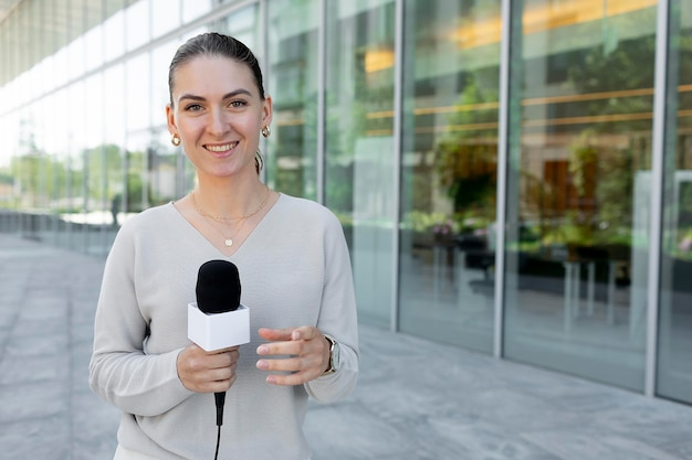 Mulher jornalista caucasiana ao ar livre