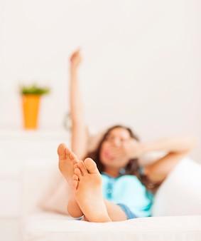 Mulher jovem a alongar-se depois de uma soneca