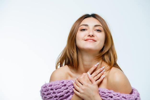 Mulher jovem a posar em malhas