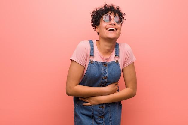 Mulher jovem adolescente americano africano misturado rindo e se divertindo.