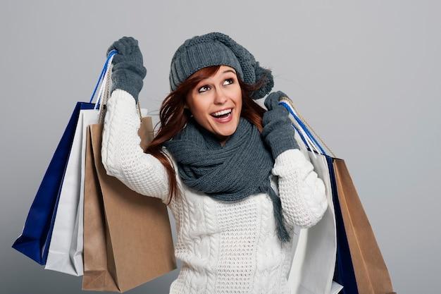 Mulher jovem adorando liquidação de inverno