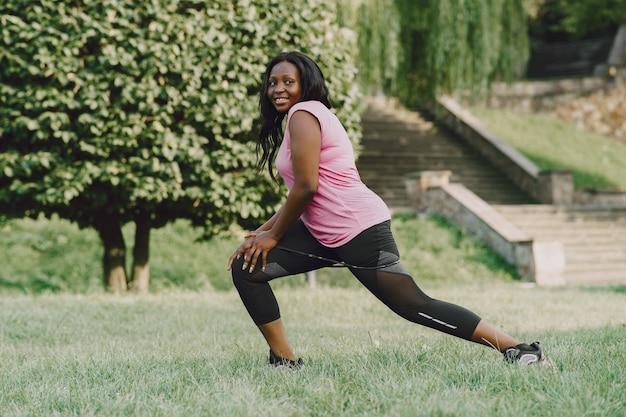 Mulher jovem africana saudável ao ar livre pela manhã. menina com borracha.