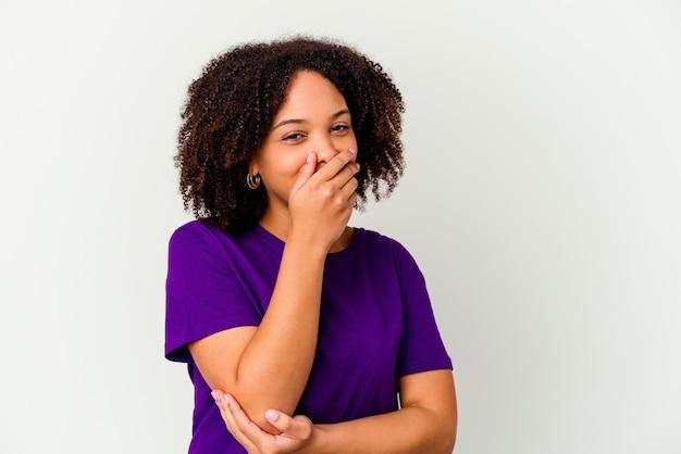 Mulher jovem afro-americana de raça mista isolada rindo de emoção feliz, despreocupada e natural.