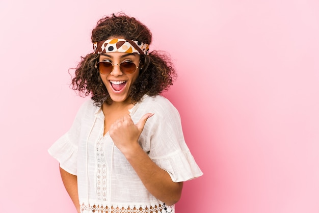 Mulher jovem afro-americana hipster isolada em rosa