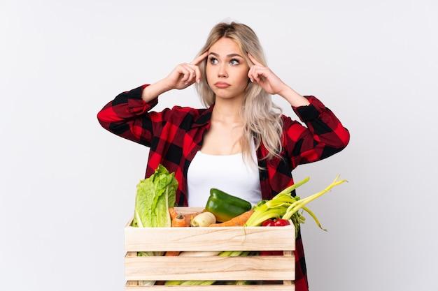 Mulher jovem agricultor sobre fundo isolado
