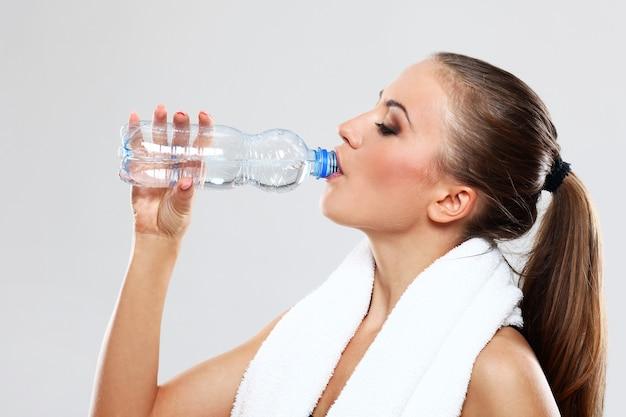 Mulher jovem, água potável