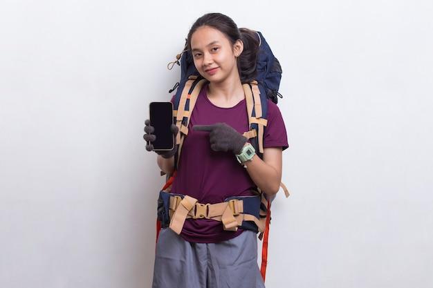 Mulher jovem alpinista asiática mostrando telefone celular isolado no fundo branco