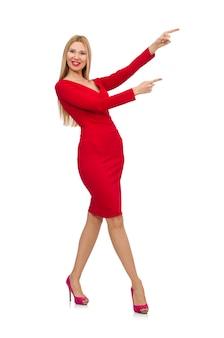 Mulher jovem alta no vestido vermelho isolado no branco